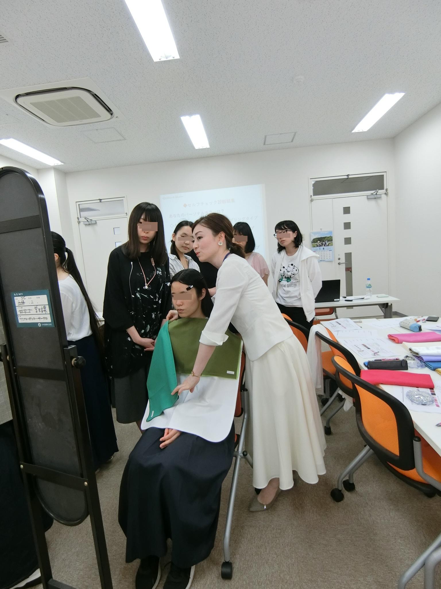 某女子大学でのパーソナルカラー講座byパーソナルビューティーカラー研究所 サロン・ド・ルミエール